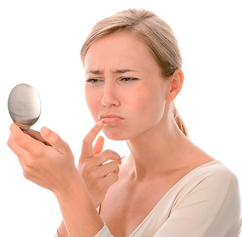 Первыми признаками герпеса на губах могут быть едва ощутимые покалывания и зуд